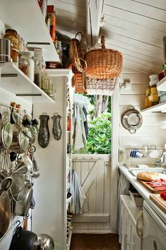 A tiny kitchen for my tiny cottage! Cabin Kitchens, Cottage Kitchens, Tiny Kitchens, Modern Kitchens, Black Kitchens, Cocina Shabby Chic, Sweet Home, Cuisines Design, Country Kitchen