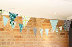 Rapide et simple à réaliser, cette guirlande de fanions DIY garantit un bel effet pour votre décoration. Découpez, pliez, repassez et le tour est joué !
