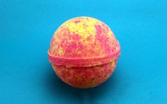 Scent Description: A banana, grapefruit, kiwi and strawberry scent that smells much better than the name suggests! Bath bombs are fun, effervescent, delicious-smelling bath-time treats; adults love th (Diy Bath Bombs Scented) Wine Bottle Crafts, Mason Jar Crafts, Mason Jar Diy, Diy Home Decor Projects, Diy Projects To Try, Homemade Bath Bombs, Diy Hanging Shelves, Bath Bomb Recipes, Soap Recipes