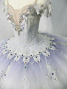 Fantasia de balé com bordados de cristal, strass. www.laskani.com.br White and periwinkle tutu.