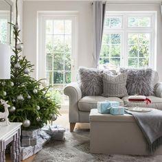 Salón gris y blanco - 90 diseños sofisticados y modernos que enamoran - Archzine.es Outdoor Furniture Sets, Outdoor Decor, Villa, Throw Pillows, Bed, Home Decor, Large Windows, Decorative Throw Pillows, Curtains