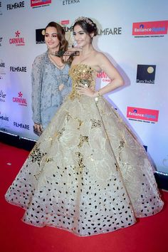 Sonam Kapoor and Sonakshi-Sinha Pakistani Dress Design, Pakistani Bridal, Bridal Lehenga, Choli Dress, Saree Gown, Indian Gowns Dresses, Pakistani Dresses, High Fashion Outfits, Fashion Dresses