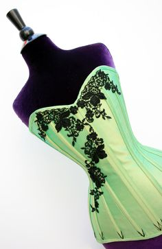 Sew Curvy Corsetry - working on learning how to make one of these. Steampunk Clothing, Steampunk Fashion, Sewing Blogs, Sewing Hacks, Green Corset, Corset Costumes, Historical Clothing, Modern Clothing, Classic Style
