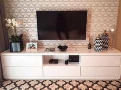 WEBSTA @ bloghomeidea - Detalhes que encantam... Móvel em linha reta e papel de parede e tapete geométricos. Amei❣️Projeto CGA ArquiteturaMe encontre também no @pontodecor HISnap:  hi.homeidea www.homeidea.com.br #bloghomeidea #olioliteam #arquitetura #ambiente #archdecor #archdesign #hi #cozinha #homestyle #home #homedecor #pontodecor #homedesign #photooftheday #love #interiordesign #interiores  #picoftheday #decoration #world  #lovedecor #architecture #archlovers #inspiration #project…