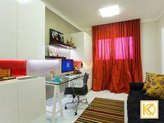 No quarto com ares orientais, a cama em marcenaria vermelha, serve de sofá enquanto não necessitar que alguém durma no quarto. O baú na lateral, serve como decoração e criado lateral, permitindo que o ambiente esteja sempre arrumado. A cortina de seda vermelha traz um requinte e a ideia do oriental onde a artista utiliza a escrivaninha com cavaletes para desenvolver seus trabalhos de desenhos. #ProjetodeArquitetura #Arquitetura #Decor #Residencial #Quarto #HomeOffice #KarlaOliveira…