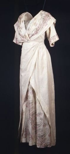 Cream-colored silk dress with short sleeves, partially printed with cashmere pattern and pink roses, 1913-1917, Museum Rotterdam
