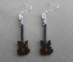 Guitare, boucles d'oreilles en perles de rocaille Delica