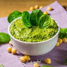 Dziś coś zielonego, pełnego chlorofilu i wspaniałej zieleni. Tradycyjny hummus jest za każdym razem przeze mnie modyfikowany. Jakoś zawsze mam coś w lodówce, co może być wykorzystane przy jego produkcji. Dziś powstała więc pasta hummusowa z dodatkiem życiodajnej zieleni. :-) Na co? Hummus sprawdzi się doskonale jako śniadanie (tylko uwaga, bo jest czosnek!), na kolację,…