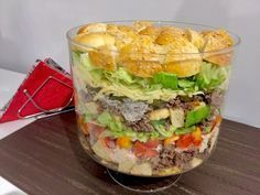 Sałatka Big Mac Rewelacyjna sałatka, która z pewnością stanie się hitem każdej imprezy. Jest bardzo efektowna i mega smaczna, wyglądem przypomina popularnego hamburgera. Idealna na spotkanie z przyjaciółmi, domową imprezkę czy nawet zwykłą kolacje w rodzinnym gronie. Polecam! Składniki: 0,5kg mielonego mięsa wołowego 4 duże bułki hamburgerowe ( mogą być kupne lub domowe, ja upiekłam … Big Mac, Meat Diet, Salad Recipes, Healthy Recipes, Polish Recipes, Food Design, Food Inspiration, Hamburger, Food Porn
