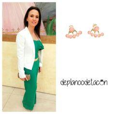 Pendientes minipiedras coral (3,99€)  Nos encanta Laura con su outfit, GUAPISIMA  Haz tu pedido en nuestra #tiendaonline www.deplanoodetacon.com #complementos #pendientes #moda #mujer
