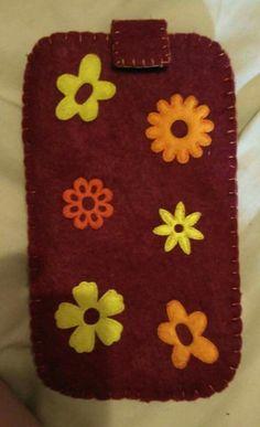 Funda para móvil en fieltro decorada con flores
