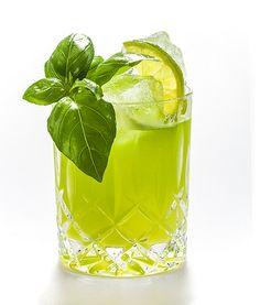 GIN BASIL SMASH: 6 cl THE DUKE Gin, 3 cl Zitronensaft, 2 cl Zuckersirup, 10 – 15 Basilikumblätter, Glas: Tumbler; Garnitur: Basilikumzweig & Zitronenzeste; Zitronensaft, Zuckersirup und Basilikumblätter in den Shaker geben. Anschließend den Gin und Eiswürfel hinzugeben und kräftig shaken. Den Drink doppelt in einen Tumbler mit Eis abseihen und mit einem Basilikumzweig sowie einer Zitronenzeste garnieren.