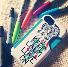 Sharpie Art Phone Case - Don't spend money on a fancy phone case! Go buy a white matte case and decorate it with your own design. Step by step instructions! Art Phone Cases, Diy Phone Case, Iphone Cases, Phone Covers, Hacks Videos, Diy Videos, Sharpie Art, Sharpies, Diy Dream Catcher Tutorial