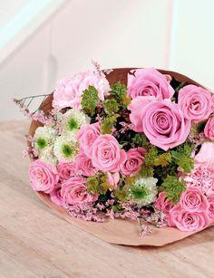 FÜR DICH GEPFLÜCKT // Ein zauberhafter #Strauß! Rosafarbenen #Rosen und #Nelken sowie Rosen in #Pink und #Santini in #Creme ist dieser Strauß etwas ganz Besonderes. Rotes Limonium und Bupleurum bringen das gewisse #Extra an #Charme zwischen die großen #Blüten. Ein bunter #Gruß zum #Muttertag oder einfach mal zwischendurch. // Lieferbar bsi zum 12.05.2015