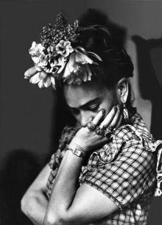 beautiful portrait photography of the artist revealing her more thoughtful serious nature Frida Kahlo Diego Rivera, Frida E Diego, Frida Art, Black White Photos, Black And White, Selma Hayek, Friedrich Nietzsche, Belle Photo, White Photography