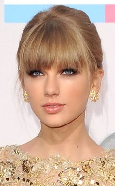 [PICS] Taylor Swift: American Music Awards 2012 Makeup — Her Sultry Eyes – Hollywood Life Taylor Swift 2012, Taylor Swift Bangs, Taylor Swift Pictures, Taylor Swift Makeup, American Music Awards, Hairstyles With Bangs, Pretty Face, Hair Inspiration, My Hair