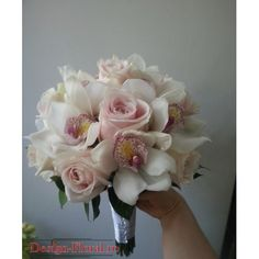 Buchet mireasa rotund realizat din trandafiri roz pal si orhidee Cymbidium alba. Buchetul de mireasa este finisat cu Ruscus si accesorii. Floral Wreath, Wreaths, Flower Ideas, Flowers, October, Flower Crowns, Door Wreaths, Royal Icing Flowers, Floral Arrangements