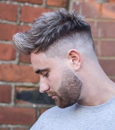 The top short hairstyles for men for the year 2018 are eye-catching and somewhat sophisticated. Today the short mens hairstyles have become particularly. Popular Haircuts, Cool Haircuts, Haircuts For Men, High Skin Fade, Medium Hair Styles, Curly Hair Styles, Faux Hawk Hairstyles, Hairstyles Haircuts, Dyed Hair Men