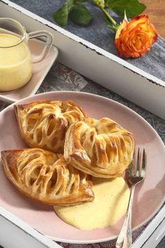Appel puddingflappen met vanillesaus. Appelflappen van vers kant en klaar bladerdeeg. #appelflap #bladerdeeg #bakken High Tea, Apple Pie, Watermelon, Waffles, Breakfast, Desserts, Recipes, Food, Vanilla