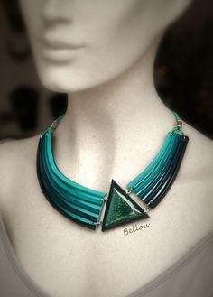 """Collier """"triangle et résine """" dégradé bleu-vert"""