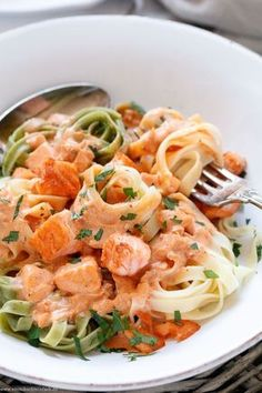Pasta mit Lachs Sahnesoße in 25 Minuten - emmikochteinfach 25 minute pasta with salmon cream sauce The quick and easy recipe. Salmon and pasta just go perfectly together Rezepte Easy Pasta Recipes, Fish Recipes, Chicken Recipes, Snack Recipes, Dinner Recipes, Cooking Recipes, Healthy Recipes, Healthy Dishes, Egg Recipes