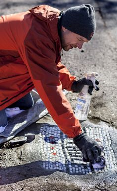 Jim Bachor is a Chicago artist that has taken his art to the streets, by filling potholes around the city. http://restreet.altervista.org/jim-bachor-ripara-le-buche-delle-strade-con-i-mosaici/