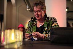 Carola Bruinink van Handwerkclub Zwolle licht de activiteiten toe.