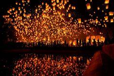 ロイクラトン祭りというタイの伝統文化をご存じですか? タイでは、毎年陰暦12月(新暦でいう10月~11月頃)の満月の夜、川の恵みへの感謝の気持ちを表し、ロウソク、線香、花などで美しく飾られたたくさんのクラトン(灯篭)を川に流す「ロイクラトン」と呼ばれるお祭りが全国各地で行われます。 チェンマイのロイクラトン祭りは「イー...