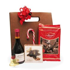 Holiday este un cadou deosebit cu praline,acadea si turta dulce, acompaniate de un vin rosu savuros.