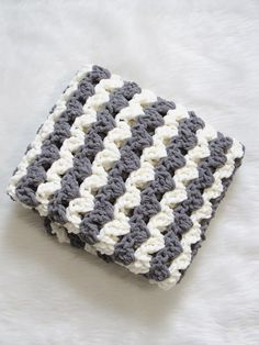Best Crochet Designs Free Crochet Blanket Pattern, 3 Hour Afghan - Crochet Dreamz - A free crocchet balnket pattern that works up in just 3 hours. Chunky, squishy and beginner friendly, this one will be perfect for last minute gifts. Crochet Baby Blanket Free Pattern, Easy Crochet Blanket, Crochet For Beginners Blanket, Blanket Yarn, Baby Afghan Crochet, Manta Crochet, Afghan Crochet Patterns, Free Crochet, Baby Afghans