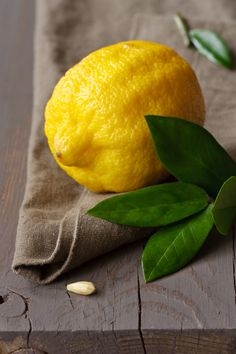 Find images and videos about fruit, lemon and citrus on We Heart It - the app to get lost in what you love. Fruit And Veg, Fruits And Vegetables, Fresh Fruit, Vegetables Photography, Fruit Photography, Photo Fruit, Image Fruit, Fruits Photos, Fruit Painting
