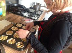 Kleine appeltaartjes: 8 bladerdeeg plakken, 3 appels, kaneelsuiker, rozijntjes. Muffinbakplaat. Snijd de appels in stukjes en met met de rozijnen en kaneelsuiker. Snijd de bladerdeeg door de helft en bekleed de muffinbakje met de bladerdeeg, vul met het appelmengsel, snijd van het over gebleven bladerdeeg kleine sliertjes en verdeel die over de taartjes als kleine roostertjes. Op 225* ongeveer 20 min in de oven.