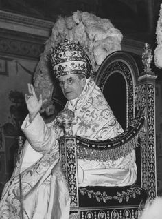 Pio XII na sédia gestatória Pope Pius Xii, Blessed Mother Mary, Roman Catholic, Christian Faith, Historical Photos, Catechism, Priest, Crowns, Joseph
