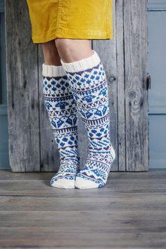 Upeat kirjoneulesukat saivat nimekseen Sadepäivän sukat. Mallin loi kirjoneuletaituri Niina Laitinen. Fair Isle Knitting, Knitting Socks, Hand Knitting, Knit Crochet, Crochet Hats, Knit Leggings, Wool Socks, Designer Socks, Boot Cuffs