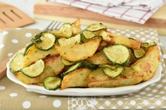 Le Zucchine e patate al forno sono un secondo piatto o contorno davvero semplicissimo da preparare e pronto in soli 20 minuti