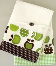 Kitchen towel with apple pattern in green ad brown cotton fabric accent - set of two flour sack towels Dish Towels, Hand Towels, Tea Towels, Sewing Hacks, Sewing Crafts, Sewing Projects, Flour Sack Towels, Polka Dot Fabric, Great Housewarming Gifts