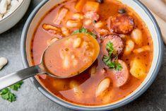 Zupa fasolowa z kiełbasą i boczkiem | Blog kulinarny Zakochane w Zupach.pl Kielbasa, Thai Red Curry, Food And Drink, Ethnic Recipes, Blog, Chef Recipes, Food And Drinks, Cooking, Blogging
