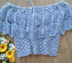 CROPPED CIGANINHA EM CROCHÊ Crochet Halter Tops, Crochet Skirts, Crochet Crop Top, Crochet Blouse, Crochet Clothes, Crochet Crafts, Crochet Yarn, Knit Cardigan Outfit, Crochet Videos