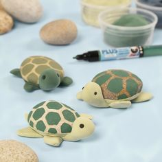Yhdistele luonnonmateriaaleja ja Silk Clay -massaa hauskoiksi kilpikonniksi tai muiksi eläimiksi. Hygge, Turtle Painting, Rock Crafts, Diy Clay, Stone Painting, Bruges, Markers, Crafts For Kids, Creations