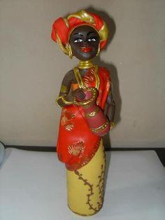 Estatua de Boneca Africana, com base de garrafa Long Neck de vidro, ideal para enfeitar ambientes ou presentear. Cores e modelos variam a gosto do cliente. R$ 60,00