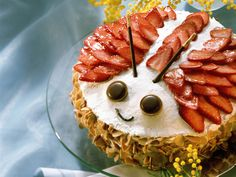 Maikäfer-Torte mit Erdbeeren und Marzipan | Zeit: 1 Std. | http://eatsmarter.de/rezepte/maikaefer-torte-mit-erdbeeren-und-marzipan                                                                                                                                                                                 Mehr