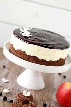 Nam, tämä mustaherukkaisen päällisen ja pehmeän mascarponetäytteen sisältävä kakku on aivan äärettömän hyvää! Voisin sanoa, että se on (liki) … Sweet Recipes, Cake Recipes, Dessert Recipes, Finnish Recipes, Sweet Pastries, Let Them Eat Cake, Yummy Cakes, No Bake Cake, Delicious Desserts