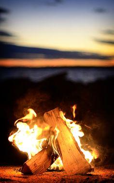 ognisko przy zachodzie słońca