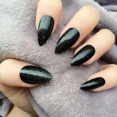 Nageldesign-Schwarz-Stiletto-Fingernaegel-Ideen