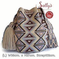 32 отметок «Нравится», 1 комментариев — กระเป๋าวายูแท้100% Wayúu bag (@sallyshandicraft) в Instagram: «✔ซื้อได้เลยค่ะ ไหมเดี่ยวสายโอโซฯ ขนาดLมารตฐาน นน.เบา ทอละเอียดจากช่างฝีมือวายูระดับครู…» Tapestry Bag, Tapestry Crochet, Handmade Handbags, Handmade Bags, Crochet Accessories, Bag Accessories, Cute Crochet, Knit Crochet, Mochila Crochet
