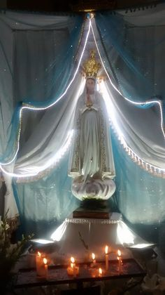 ® Blog Católico Gotitas Espirituales ®: VIRGEN DE FÁTIMA Blessed Mother Mary, Blessed Virgin Mary, Home Altar Catholic, Church Altar Decorations, Prayer Garden, Altar Flowers, Pictures Of Jesus Christ, Church Stage Design, Christmas Swags