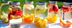4. Acqua con fette di frutta acqua alla frutta  Il segreto per bere più acqua è avere più volontà e, se possibile, godersela mentre la si beve. Un modo favoloso per riuscirci consiste nell'immergere pezzi di frutta nella bottiglia.  Ingredienti 1 litro di acqua La frutta che più vi piace, abbinata in modo fantasioso per poter giocare con i sapori 1 barattolo di vetro da 1 litro e mezzo di capacità Preparazione È molto facile da preparare. Il segreto sta nello scegliere la frutta più…