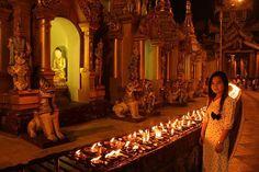 Shwedagon Pagoda es uno de los puntos de peregrinación mas importante para los birmanos. Tiene una estupa dorada hermosa con muchas otras pequeñas a su alrededor. Todo es llamativo aquí. La gente girando a su alrededor me recuerda los vídeos que he visto de La Meca.  Por las noche prenden velas alrededor. Y se siente una magia especial.  Por otro lado las mujeres birmanas son bellísimas. Son refinadas, femeninas, con las  cabelleras mas largas que he visto y tienen rostros hermosos.