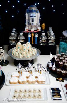 Festa de criança com tema de Star Wars, contando até com a presença do r2d2.