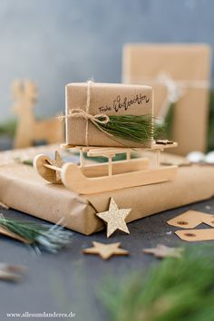 Weihnachtliche Geschenkanhänger und Verpackungen mit Kiefernnadeln | Alles und Anderes Gift Wrapping, Table Decorations, Gifts, Diy, Xmas Presents, Small Trailer, Brown Paper Packages, Ideas For Christmas, Hand Made Gifts